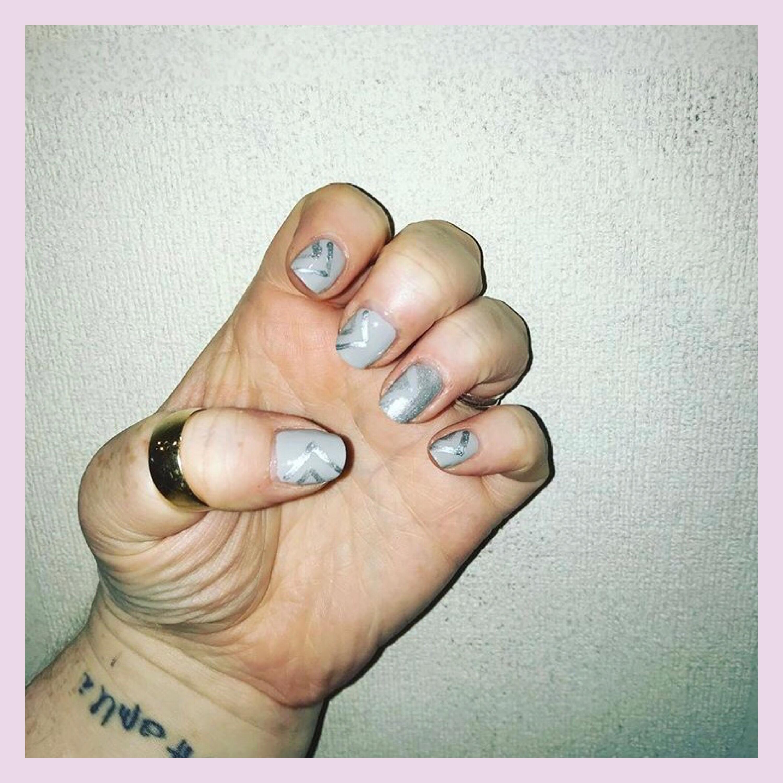 ly h Kerr grey & glitter nail art