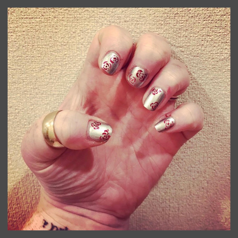 ly h Kerr, silver roses nail art