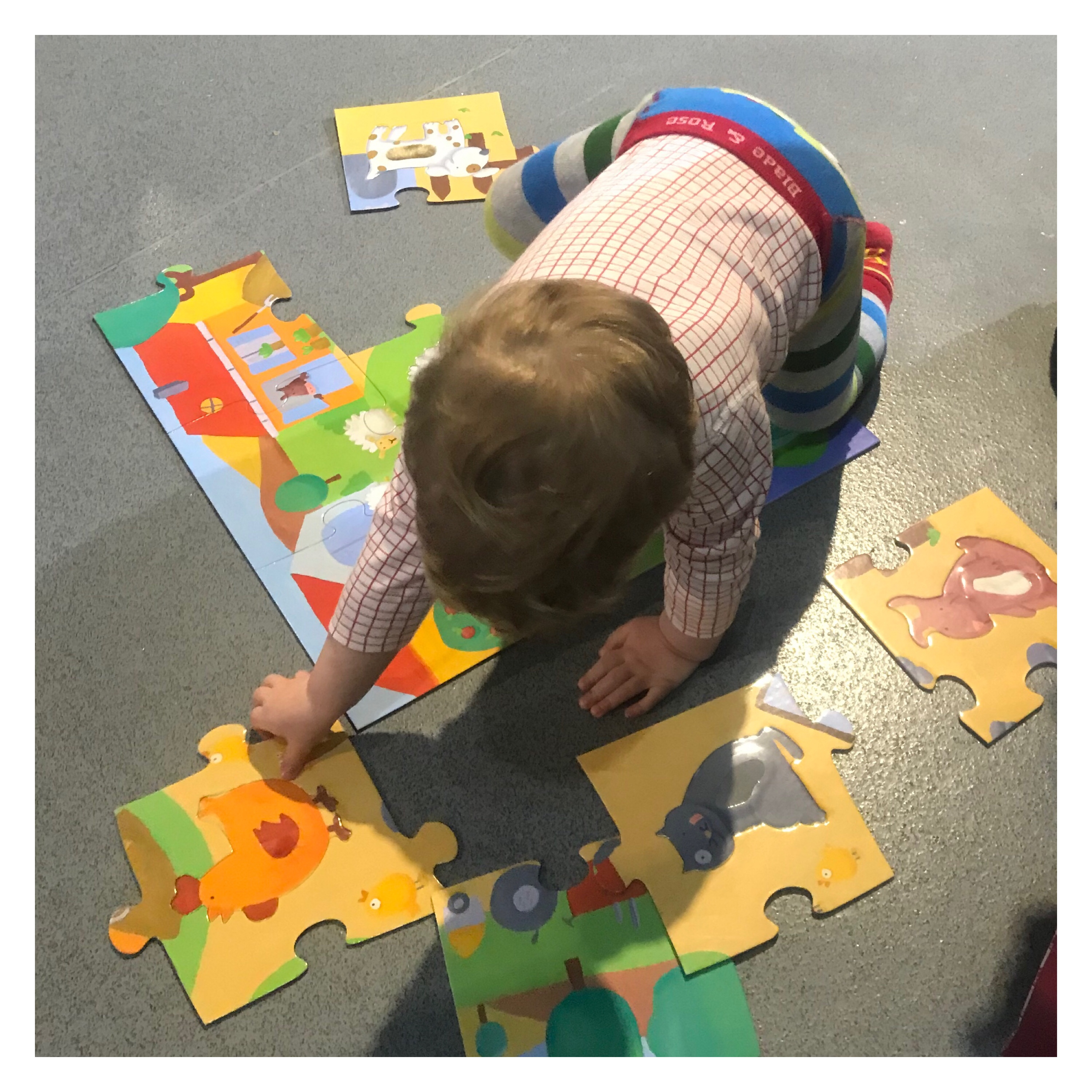 2yr old doing a jigsaw on the floor
