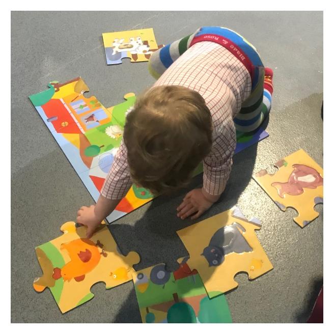 2yr old doing a jigsaw on the floor