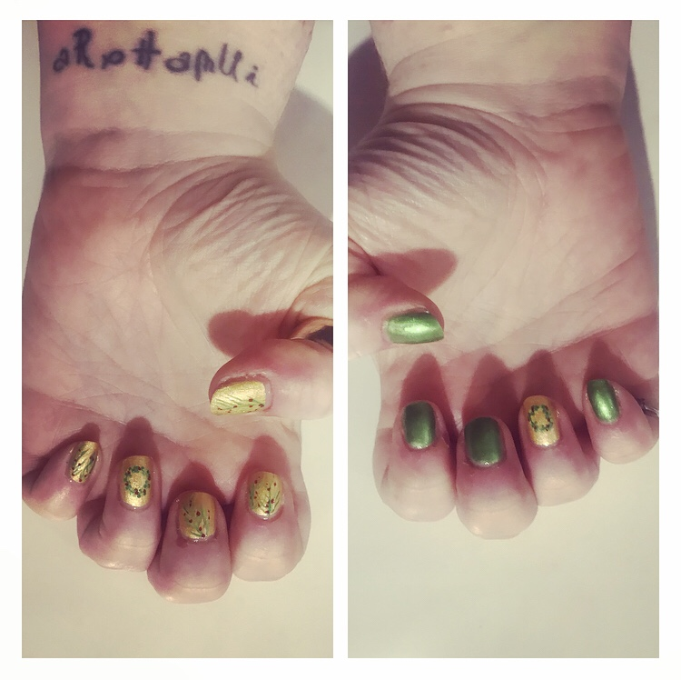Gold nails with green & red wreath accent nail